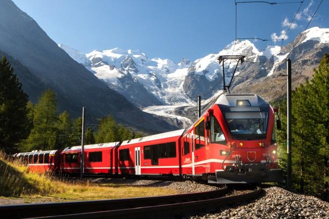 LUXURY TRAINS WORLD Bernina Express, Switzerland shutterstock_757288111